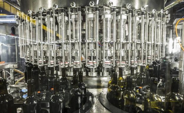 Máquina de llenado, que elimina el oxígeno de los botellas, una de las últimas inversiones de Ontañón.