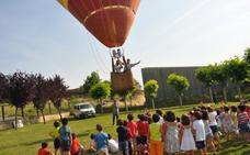 Los alumnos de Infantil de la Vega reciben la visita del globo de Óscar Ayala