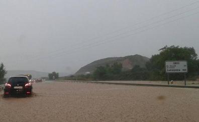 Una tromba récord corta la 232 y la vía férrea y causa inundaciones en Agoncillo y Logroño