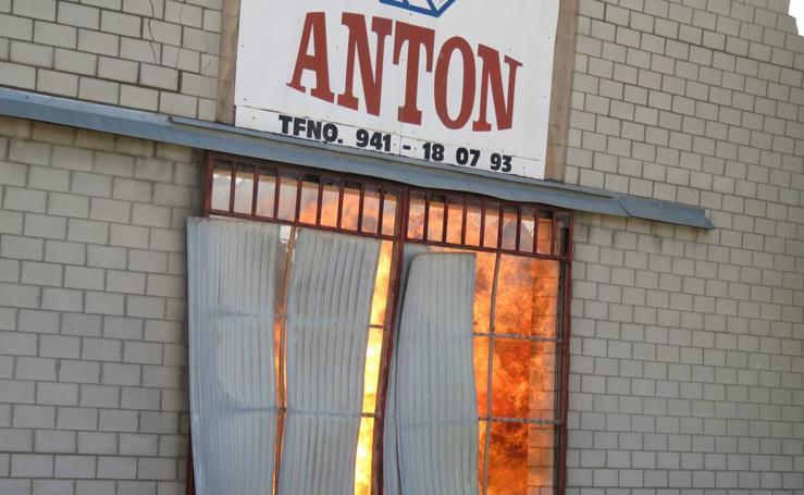 Un incendio avivado por el fuerte viento devora la empresa alfareña Envases Antón
