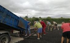 Un grupo de venajistas colabora en la reparación de los caminos rurales