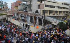 Mueren 32 niños y 20 personas quedan atrapadas al derrumbarse una escuela en México