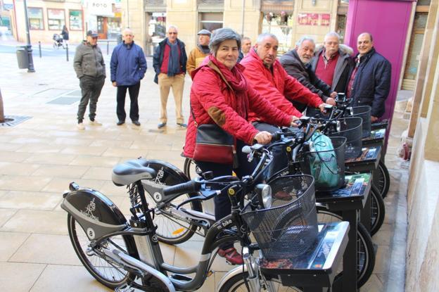 Unos vecinos de Haro prueban las nuevas bicicletas ante la supervisión de los concejales Ángel Conde y Leopoldo García. :: /Diego Marín A.
