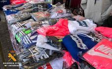 Redada en el mercadillo de Las Norias: seis detenidos por vender ropa falsificada