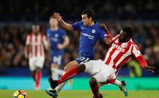 El Chelsea abruma al Stoke en su cierre del año y el Liverpool remonta