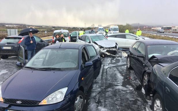 Una tormenta de hielo y nieve provoca un accidente con treinta coches y 20 heridos en la A-12 en Navarrete