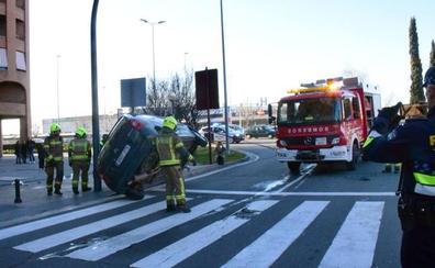 Un accidente provoca el vuelco de un coche en Logroño
