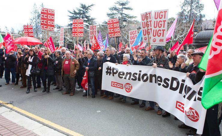 Concentración de pensionistas de UGT y CCOO en Logroño