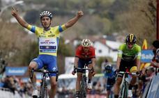 Julian Alaphilippe repite victoria y se afianza en el liderato