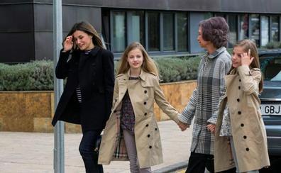 Las nietas de Don Juan Carlos visitan a su abuelo con sus padres y Doña Sofía