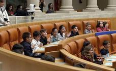 La presidenta del Parlamento anima a los niños a trabajar en la tolerancia, el respeto y la convivencia