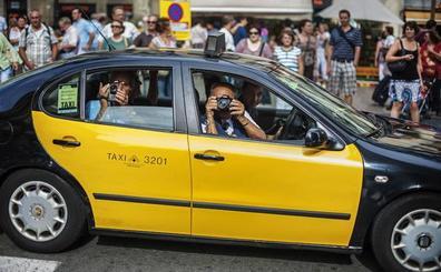 Los taxistas de Barcelona no podrán trabajar en bermudas, tirantes ni chancletas
