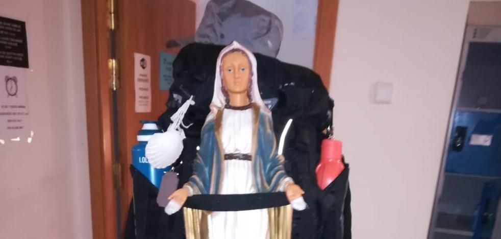 Un peregrino brasileño con la Virgen a cuestas