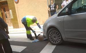 Una mujer sufre una caída accidental en un paso de cebra en Alfaro