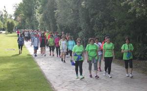 Un centenar de personas recorren la vía verde para recaudar fondos para la AECC