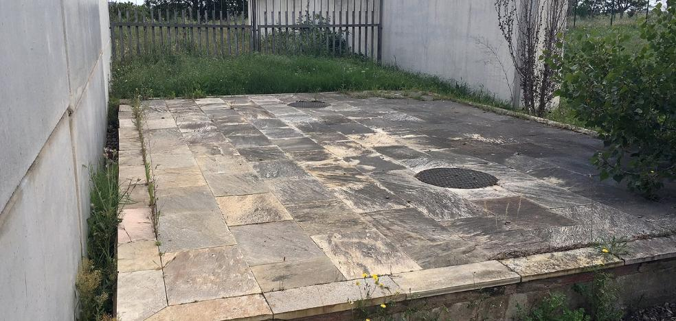El PSOE denuncia que el osario de San Lázaro está inundado y no tiene restos
