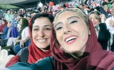 Irán permite por primera vez que hombres y mujeres entren juntos en un estadio