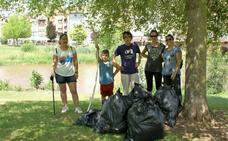 Voluntarios limpian la ribera derecha del río en Nájera