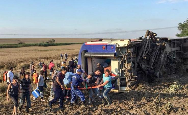 Las impactantes imágenes del descarrilamiento de un tren en Turquía