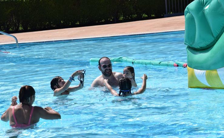 Campaña 'Mójate por la Esclerosis Múltiple' en las piscinas de Las Norias