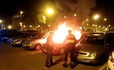 Arden dos coches de madrugada, uno en la calle Norte y otro en Colón