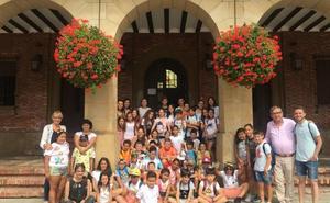 Visita de la ludoteca de Cáritas al Ayuntamiento