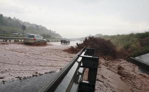 Una gran tormenta de agua y granizo descarga con fuerza en toda La Rioja