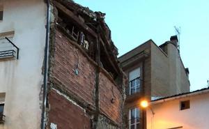 El aguacero tumbó la pared medianera de una casa en Sorzano
