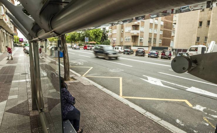 Decenas de marquesinas de Logroño amanecen con los cristales rotos