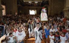 La iglesia se llenó para bajar a la patrona