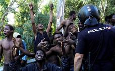 Más de 600 inmigrantes entran en Ceuta tras un salto a la valla de una «violencia sin precedentes»