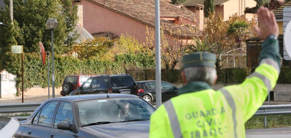 El conductor que arrolló a un coche de la Guardia Civil iba a 150 por un tramo de 50