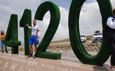 Álvaro Robredo pedalea sobre más de 4.000 metros de altitud en el lago Qinghai