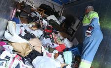 Desalojado un piso repleto de basura en Marqués de la Ensenada