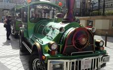 El tren turístico pasea por las calles de Haro