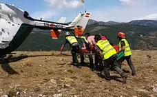 Rescatado un hombre tras sufrir una caída en el interior de Cueva Calera en Canales de la Sierra