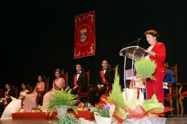 Carmen Nájera Domingo pronuncia su pregón, con los reyes entrantes y salientes al fondo. :: / Félix Domínguez