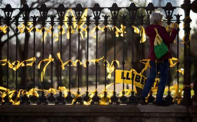 El conflicto de los lazos profundiza la división en Cataluña