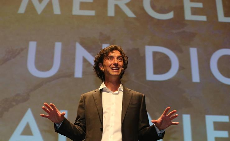 Un millar de personas arropa a Andrés Pascual en la presentación de su libro