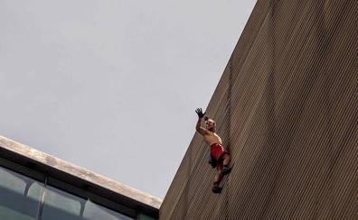 El 'Spider-Man' ruso es detenido por escalar un edificio en Colombia