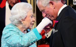 Isabel II se vuelca en el 70 cumpleaños de su hijo Carlos