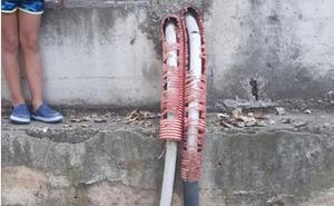 Cables con protectores en mal estado