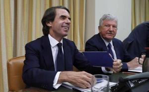 Aznar niega la caja B del PP en una bronca comparecencia plagada de insultos