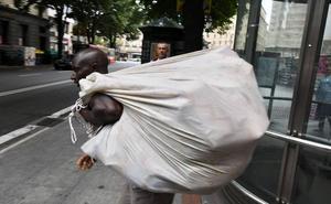 El Gobierno adopta la primera medida para combatir el top manta