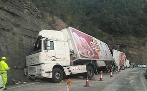 El camión volcado en Nieva sigue provocando retenciones