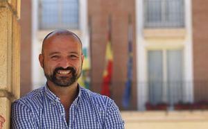 El concejal de UPyD en el Ayuntamiento de Lardero entrega su acta