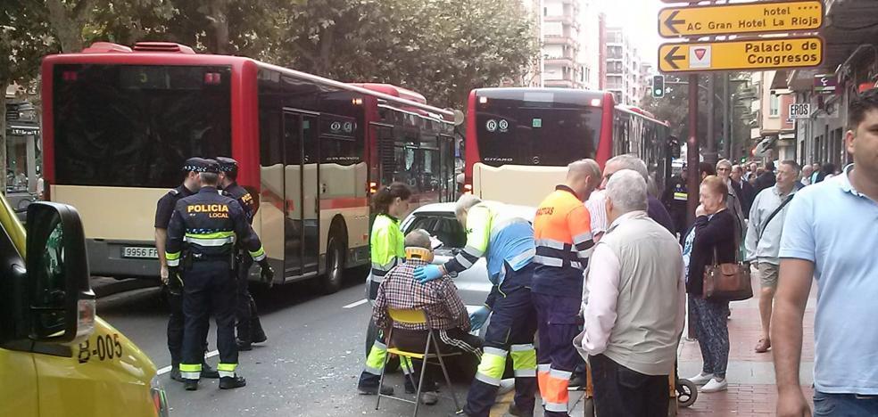 Accidente entre un autobús urbano y un coche en avenida de la Paz