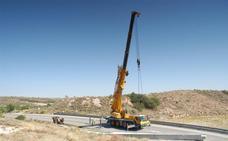Cortada durante horas la LR-123 en El Villar por una viga caída de un transporte especial
