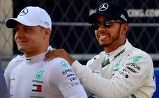 Valtteri Bottas le gana la 'pole' a Lewis Hamilton
