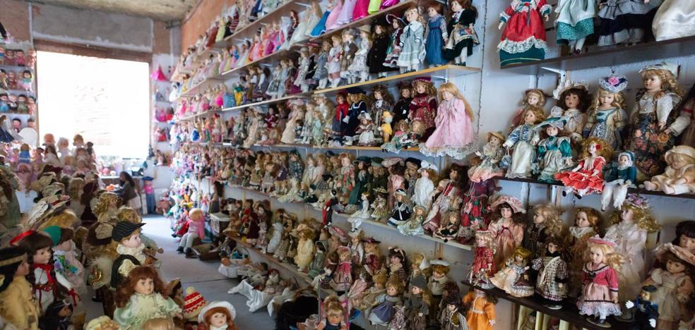 Feliz con sus 3.000 muñecas